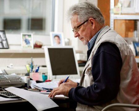jubilado tramitando formulario fr01